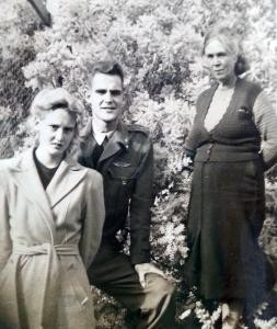 Henriette, Drethe & Kim Kuneman in Kalamunda, WA, mid-1946. Kim served with the joint NEI-RAAF 18th Squadron during the war.